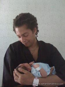 El cantante Sananda Maitreya con su hijo Francesco.