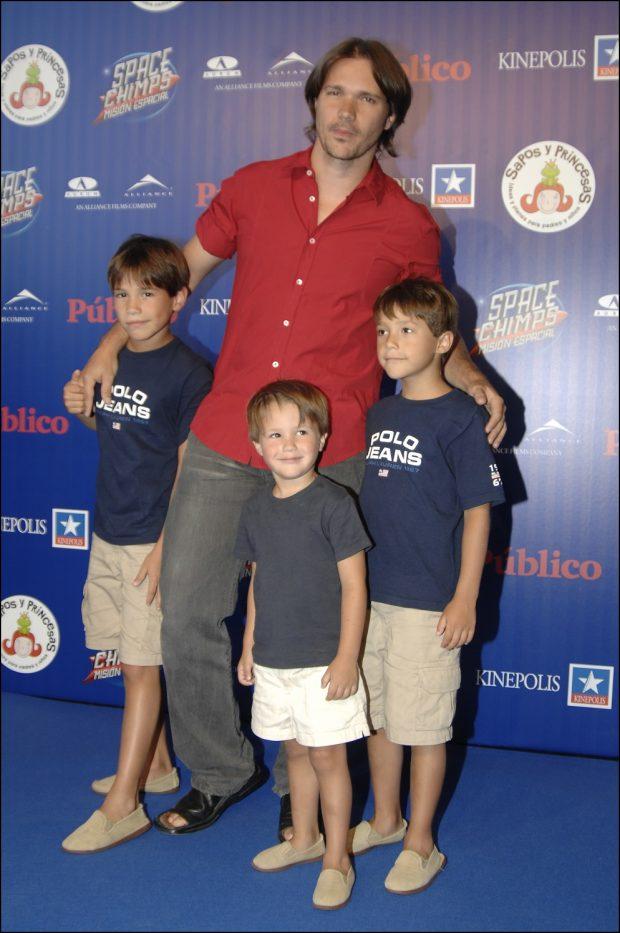 El actor de Nada es para siempre Carlos Castel con sus tres hijos en 2008.