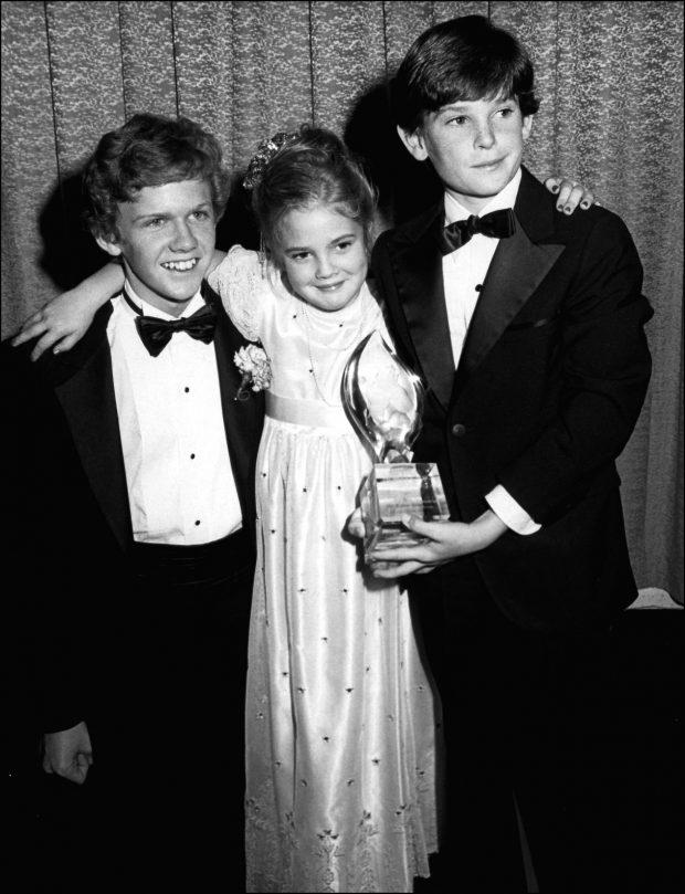 Los tres 'hermanos' de 'E.T.', Drew Barrymore, Henry Thomas y Robert McNaughton, en la entrega de unos premios.