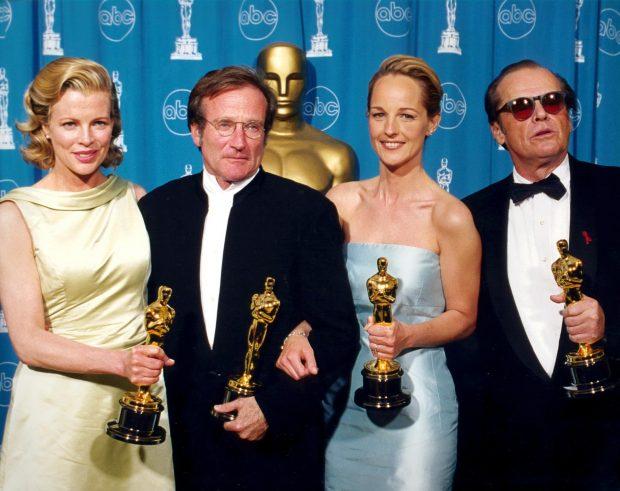 La actriz Kim Basinger junto a Robin Williams , Helen Hunt y Jack Nicholson, los actores ganadores de la edición de los Oscar en 1998.
