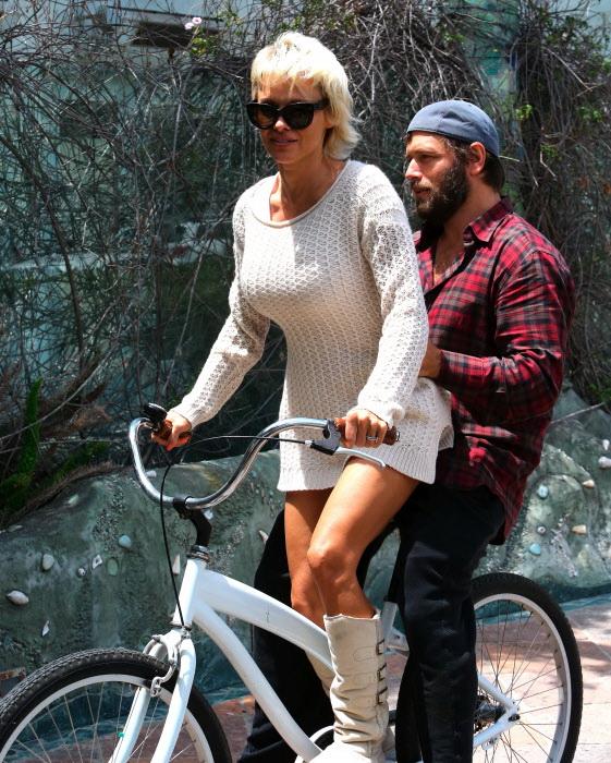 Pamela Anderson y Rick Salomon paseando en bicicleta en Malibú, en Junio de 2014.