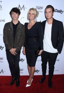 Con sus hijos Dylan Jagger Lee y Brandon Thomas Lee en Los Ángeles en marzo de 2016.