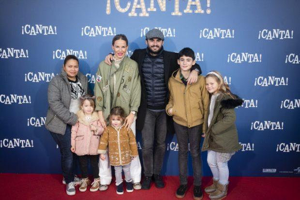Emiliano Suárez y Carola Baleztena con sus respectivos hijos en diciembre de 2016, en la presentación de la película 'Canta' en Madrid