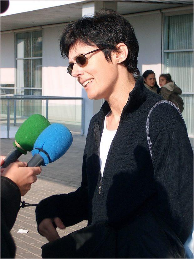 La presentadora y gimnasta Eva Nasarre tras abandonar el hospital en 2005, cuando aún podía mantenerse de pie.