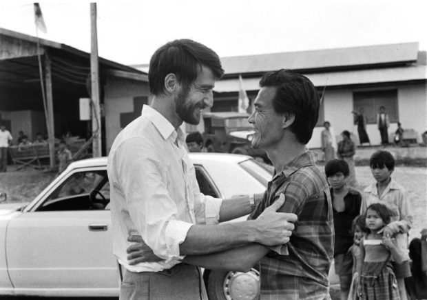 Sam Waterston y Haing S. Ngor en una escena de 'Los gritos del silencio' (The Killing fields). (WARNER)