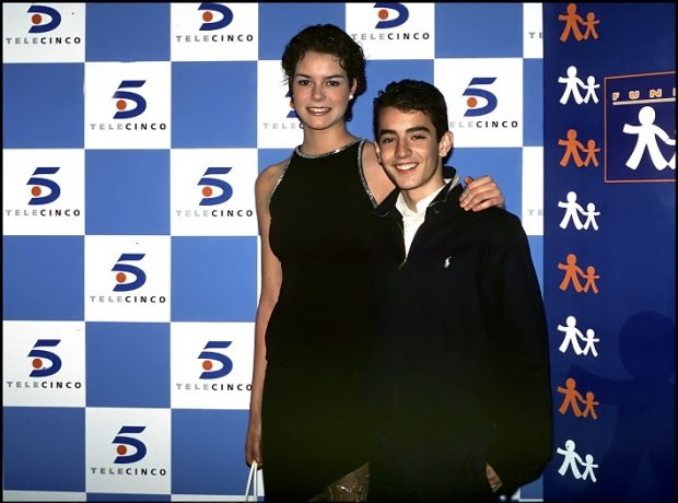 Isabel Aboy con su hermano en la ficción, Aaraon Guerrero, en un acto de Telecinco de 2000, una vez terminada la serie.