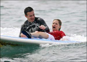 Sarah Michelle Gellar aprendiendo surf de manos de su marido, Freddie Prinze, en unas vacaciones en Hawaii en 2007.
