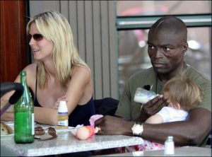Seal dando el biberón a Leni, la hija de Heidi Klum y Flavio Briatore, en un restaurante de Nueva York en junio de 2005.