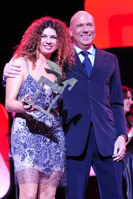Alfonso Arús y Angie Cárdenas recogiendo el Premio Ondas por Arucitys en noviembre de 2012, en Barcelona.