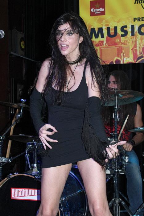 Beatriz Rico dándolo todo en el escenario.