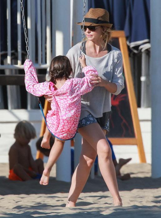 Sarah Michelle Gellar jugando con su hija Charlotte en un parque de Santa Monica, California, en 2014.