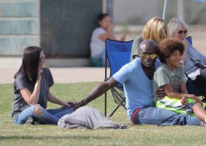 Seal coge la mano a su pareja Erica Packer durante un salida familiar con Heidi Klum y sus hijos en California, en octubre de 2015.