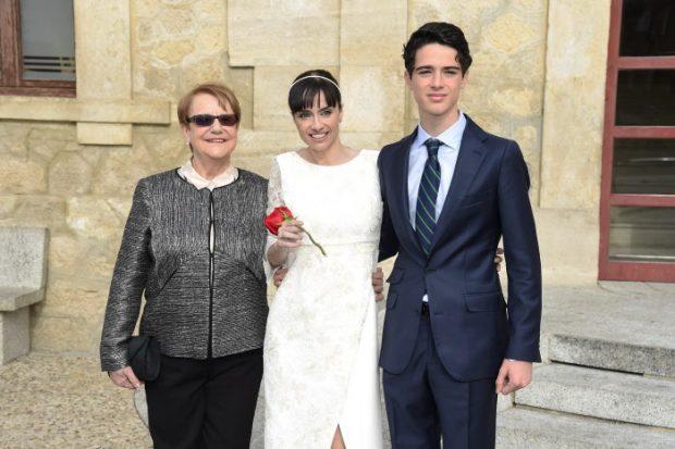 a actriz Beatriz Rico con su hijo Marco Ramírez y su madre Erundina durante su boda en Guadalix de la Sierra, el 12 de diciembre de 2015.