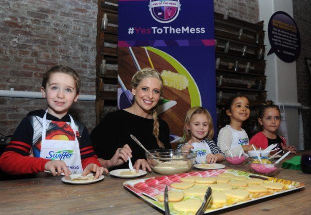 Sarah Michelle Gellar en un evento de cocina con niños en febrero de 2016.