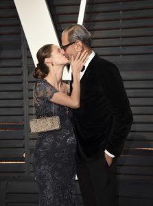Jeff Goldblum y Emilie Livingston irradian amor y se besan en los Oscar en 2017