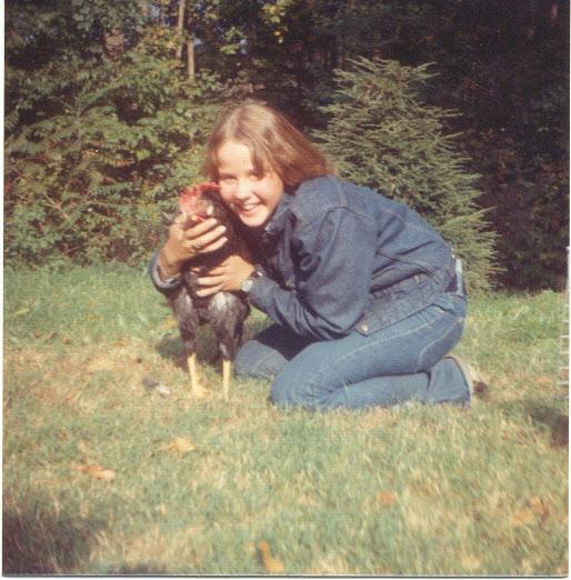 Linda Blair posando con un gallo durante el rodaje de 'El Exorcista'.