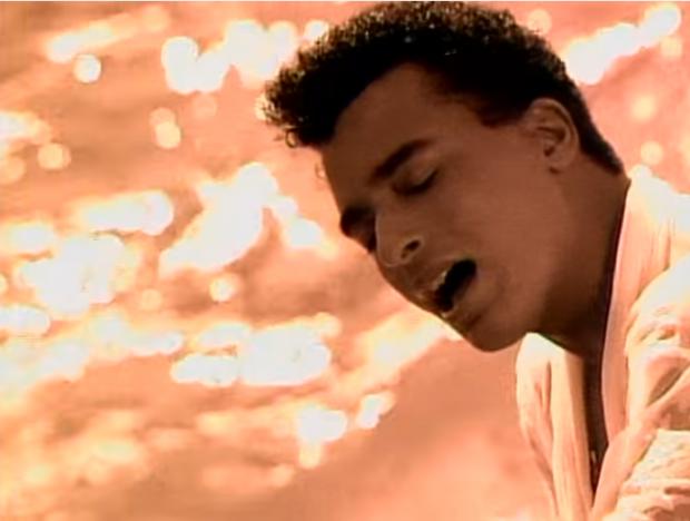 El artista cubano Jon Secada en una imagen de su videoclip 'Just Another day'.