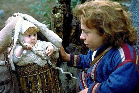 El actor Warwick Davis (Willow) con la pequeña Elora Danan.