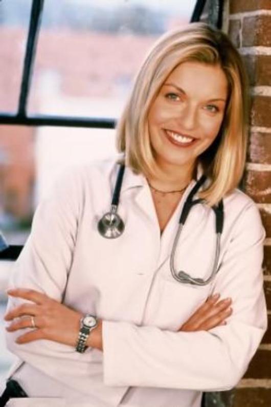 Sheryl Lee redimiéndose como doctora en 'Médicos de Los Ángeles' (1999).