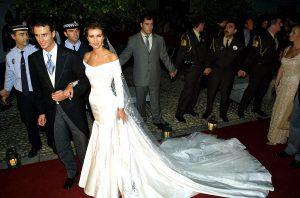 Boda del diestro Finito de Córdoba y la presentadora Arancha del Sol en noviembre de 2001, imagen de los novios a la salida de la iglesia