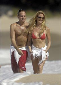 Nicollette Sheridan y Michael Bolton paseando por la arena, cuan vigilantes de la playa en 2007.