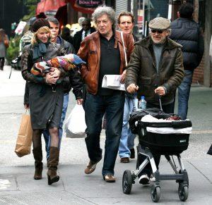 Steven Spielberg y Kate Capshaw paseando a su primer nieto, Luke, hijo de Jessica Capshaw, en 2007.