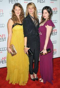 """Kate Capshaw con sus hijas Destry Allyn Spielberg y Sasha Spielberg aen la premiere de """"Lincoln"""" en noviembre de 2012 en Hollywood, California."""