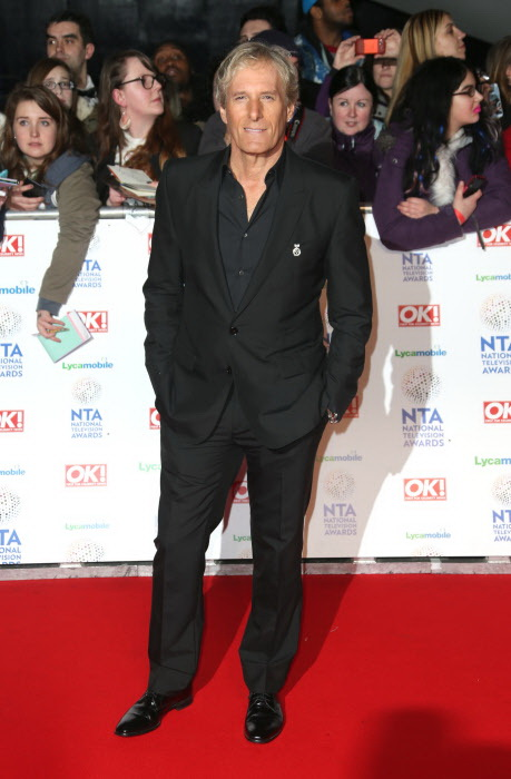 Michael Bolton posando en la alfombra roja como si fuera el hombre invisible. Sucedió en los Premios National TV Awards de Londres en enero de 2014. (GTRES)
