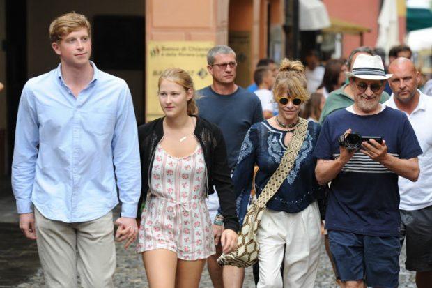 Steven Spielberg y Kate Capshaw con su hija Destry y su novio, Matt King, en una vacaciones en Portofino (Italia). (GTRES)