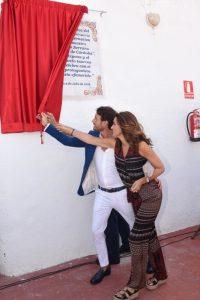 El torero Finito de Cordoba junto a la presentadora Arancha del Sol durante un homenaje con motivo del 25 aniversario de su alternativa en Estepona, en julio de 2016. (GTRES)