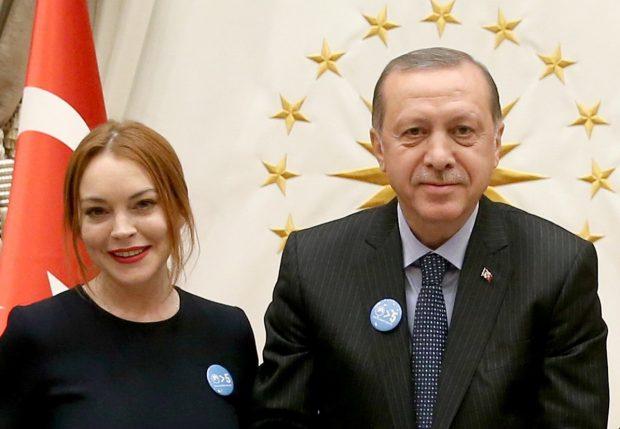 El presidente Recep Tayyip Erdogan y Lindsay Lohan posan en el palacio presidencial de Ankara a finales de enero de 2017. (GTRES)