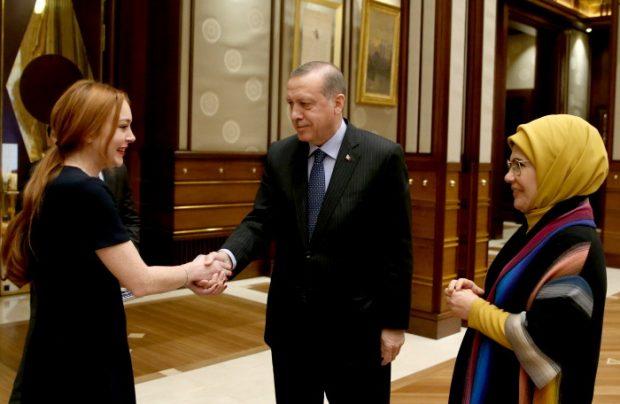 Lindsay Lohan saluda al presidente Erdogan y ala Primera Dama de Turquía.