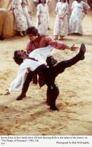 Rex Smith y Kevin Klein en una escena de la película 'The Pirates of Penzance'.