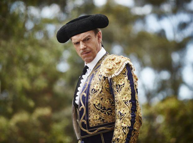 Hugo Weaving en el papel de sargento Farrat en 'La modista' (2015)