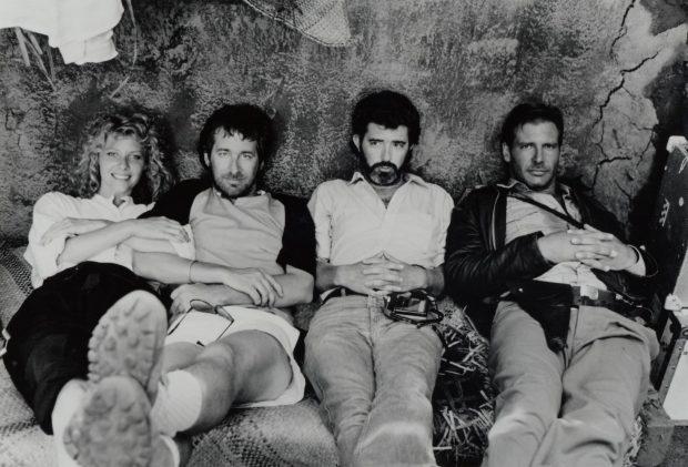Kate Capshaw, Steven Spielberg, George Lucas y Harrison Ford en un descanso del rodaje de 'Indiana Jones y el tempo maldito' (1984)