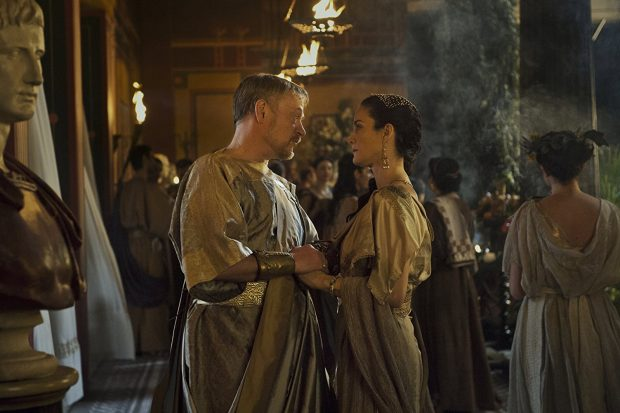 carrie-anne-moss-pompeya