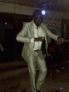 Chief bailando