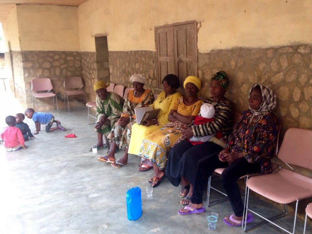 En Andek, mujeres esperando para ver al Chief