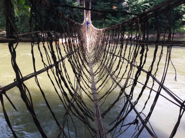 Un hombre atraviesa el río hacia Olorenti