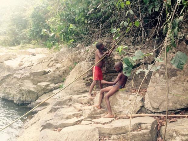 Niños bañándose unos kilómetros más abajo