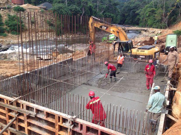 Construcción del puente para atravesar el río.