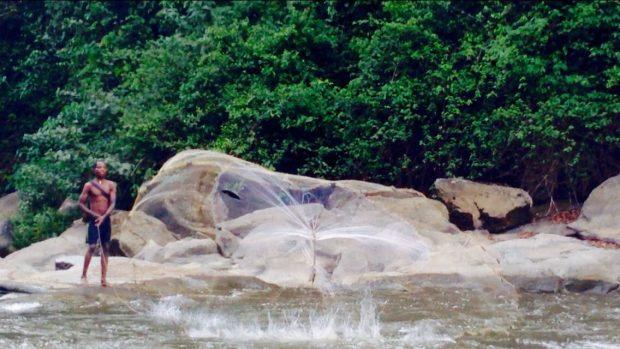 Pescador echando las redes