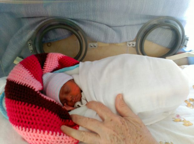 Un bebé en la incubadora