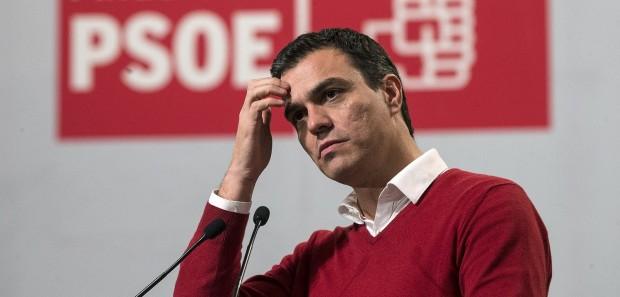 El candidato a la presidencia del Gobierno por el PSOE, Pedro Sánchez, durante su intervención en el mitin que se ha celebrado esta noche en el Auditorio Príncipe de Asturias de Torremolinos, en Málaga. (EFE/Jorge Zapata)