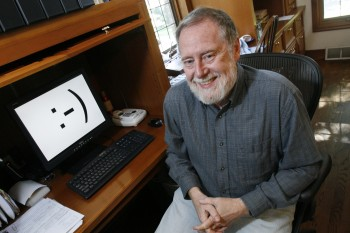 "Carnegie Mellon professor Scott E. Fahlman is shown in his home office on Monday, Sept. 17, 2007, in Pittsburgh. Twenty-five years ago, three keystrokes _ a colon followed by a hyphen and a parenthesis _ were first used as a horizontal ""smiley face"" in a computer message by Fahlman, the university said. Fahlman posted the emoticon in a message to an online electronic bulletin board at 11:44 a.m. on Sept. 19, 1982. (AP Photo/Gene J. Puskar). Emoticonos."
