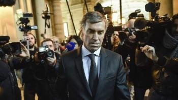 El exministro Jérôme Cahuzac a su llegada al juicio por supuesto fraude agrede a un periodista. Foto Agencia EFE