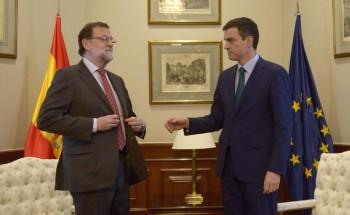 Rajoy evita el saludo con Pedro Sánchez delante de la prensa/Foto de BERNARDO DÍAZ.