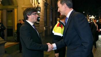 Carles Puigdemont saluda al rey Felipe VI a su llegada a la cena de bienvenida a los asistentes al Mobile World Congress/EFE