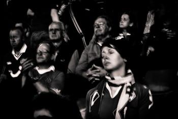 Mujeres y hombres viendo un partido de fútbol.