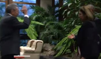 (Obviando la mujer que se pone por delante) Se aprecian las manos de Castro y Obama.